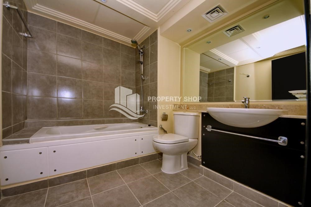 Master Bathroom-Hot price! Double row villa with study room