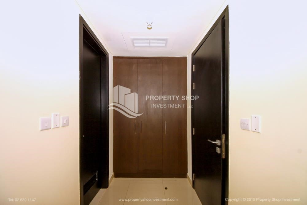 Built in Wardrobe-Exquisite 2 Bedroom Apartment in Marina Square.