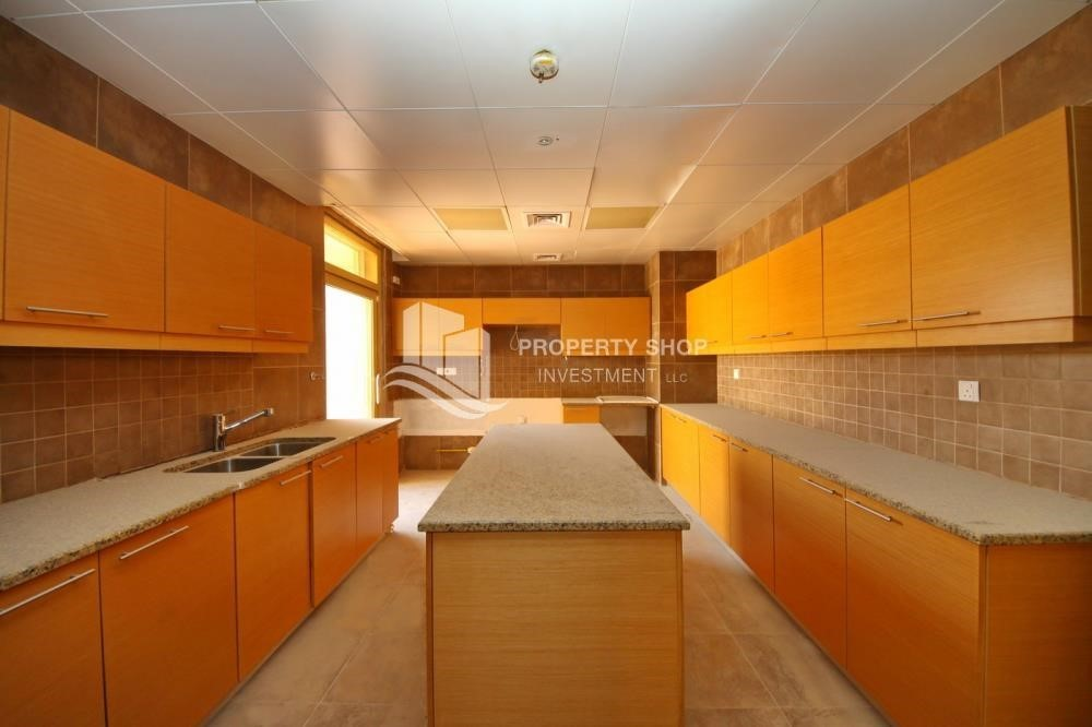 Kitchen-Experience the relaxing ambiance of 5BR Villa in Golf Gardens